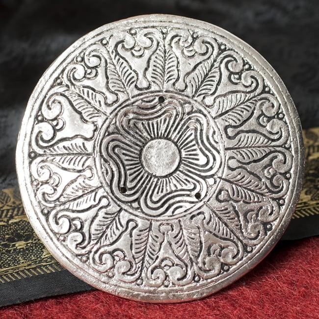 ホワイトメタルのお香立て ブッダ[11cm] 6 - 裏面の写真です。こちらも装飾されております。