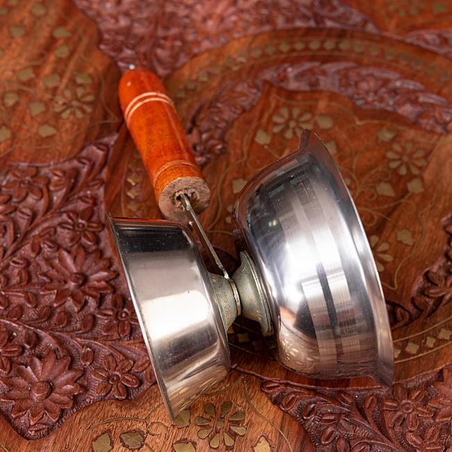 インドの取っ手付き香炉(10cm)の写真2 - 側面から見るとこのようになります。バラした状態でお届けしますが、組み立ては容易です。