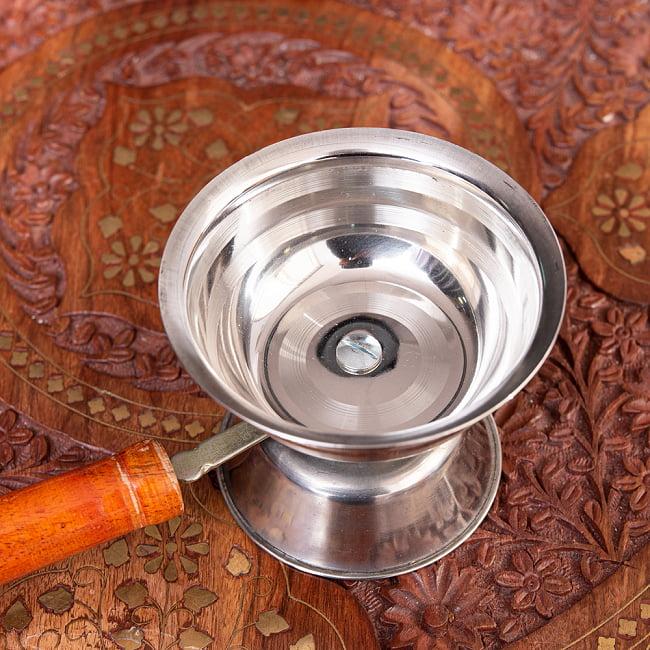インドの取っ手付き香炉(10cm)の写真3 - 手にもつとこれくらいの大きさです。