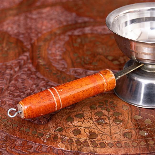 インドの取っ手付き香炉(10cm)の写真4 - 持ち手は木で出来ています。
