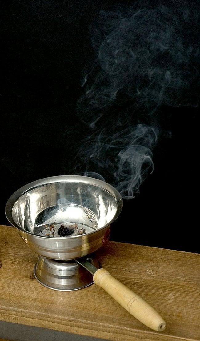 インドの取っ手付き香炉(10cm)の写真5 - 実際にお香を焚いてみるとこのようなイメージになります
