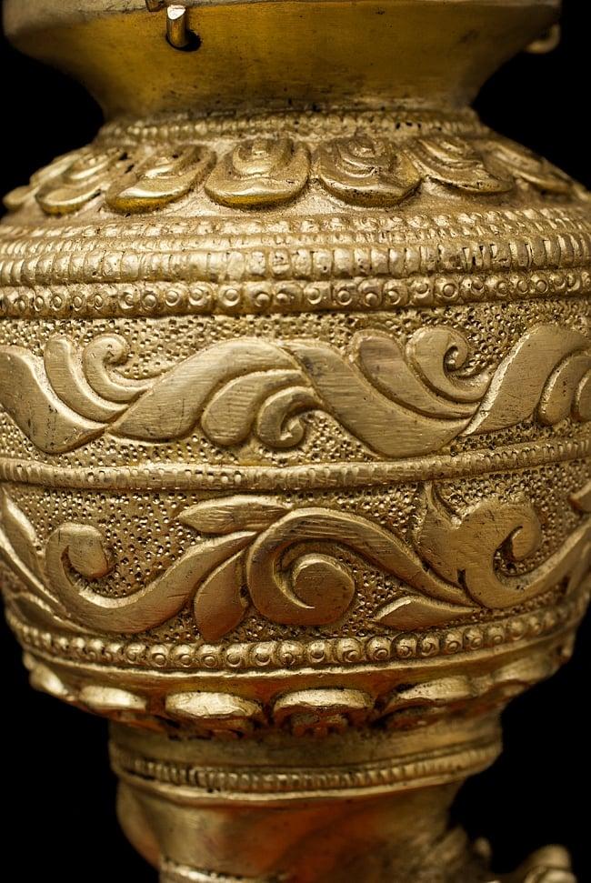 聖牛のジャルダーラ(水差し) 中 5 - 細かで厳かな装飾が施されています。