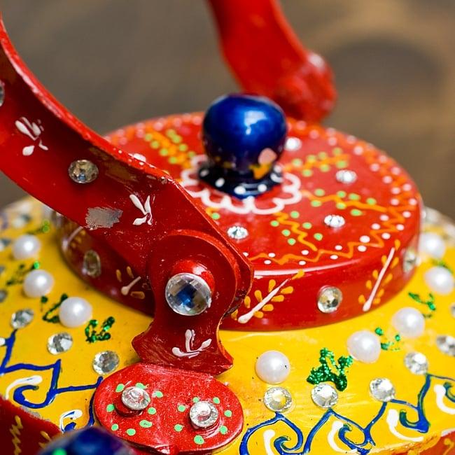 インドのデコレーションやかん - 赤×黄イエローストーン 10 - 持ち手部分は横に倒すことができます!