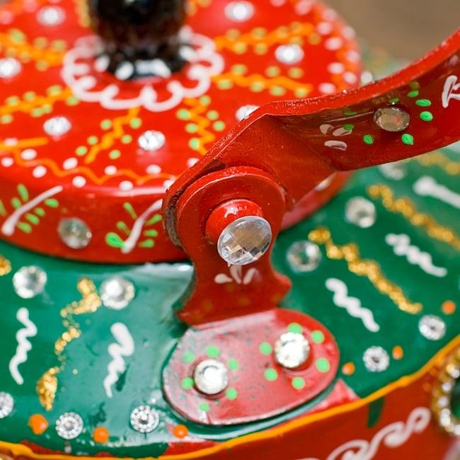 インドのデコレーションやかん 赤×緑グリーンストーン 10 - 持ち手部分は横に倒すことができます!