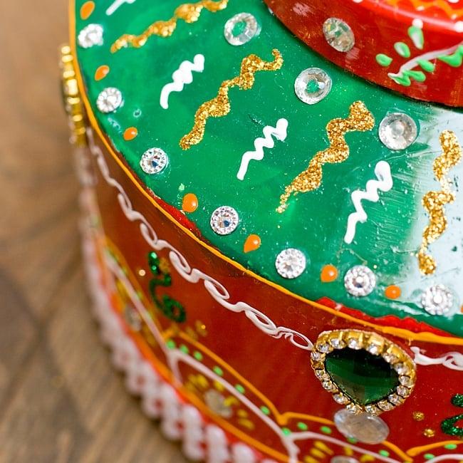 インドのデコレーションやかん 赤×緑グリーンストーン 5 - 細かいところまで装飾されています