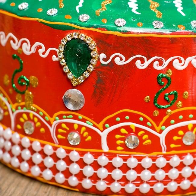 インドのデコレーションやかん 赤×緑グリーンストーン 6 - 全て手作りなので、同じデザインの物でも1点1点装飾が異なります