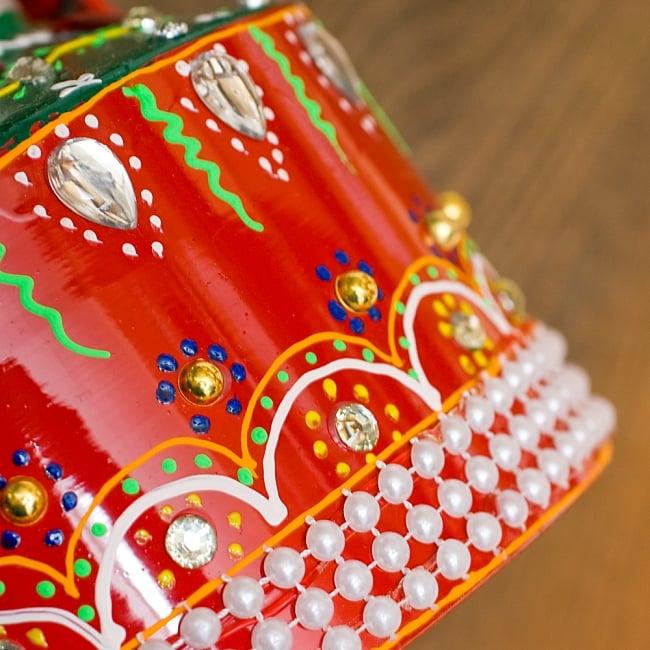 インドのデコレーションやかん 赤×緑クリアストーンCの写真5 - 細かいところまで装飾されています