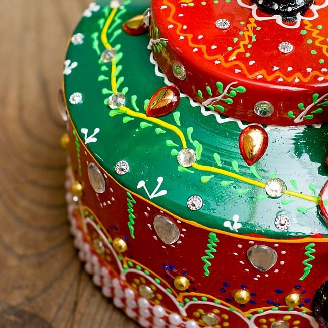 インドのデコレーションやかん 赤×緑クリアストーンCの写真6 - 全て手作りなので、同じデザインの物でも1点1点装飾が異なります