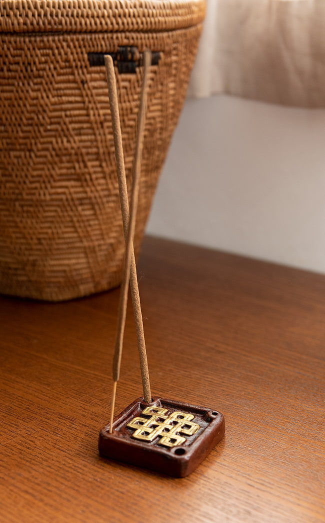 陶器のインド香&チベット香立て【約1辺5cm】 5 - サイズ感をわかっていただくために手で持ってみました。