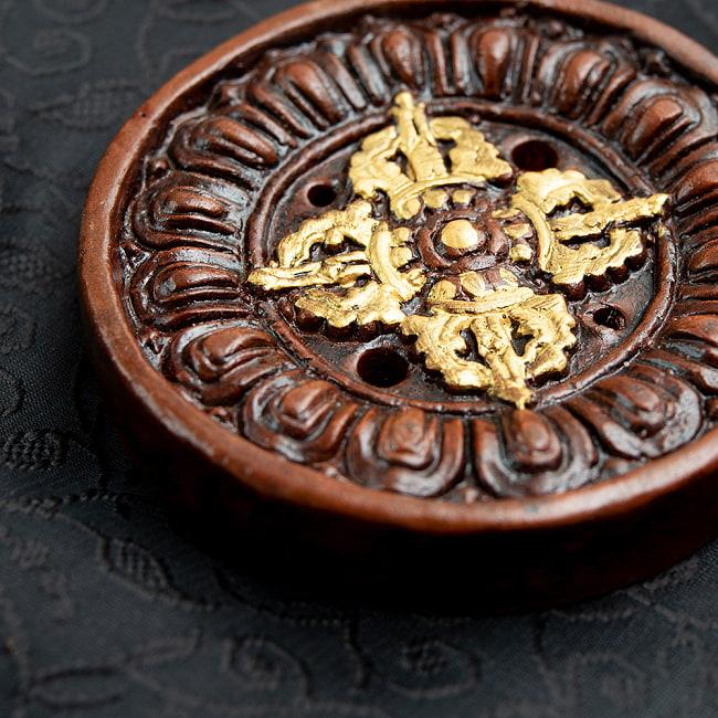 陶器のインド香&チベット香立て【直径約8.5cm】 2 - 真上から撮影したところです。茶色と金色の対比が美しいです。