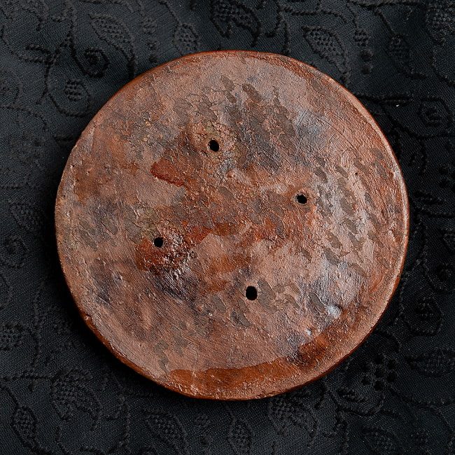 陶器のインド香&チベット香立て【直径約8.5cm】 5 - サイズ感をわかっていただくために手で持ってみました。