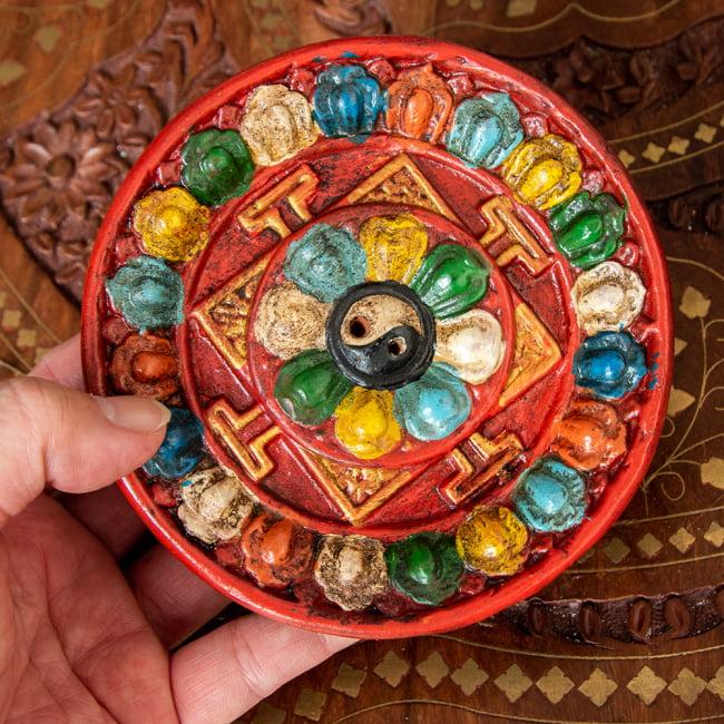 ネパールのハンドペイント陶器お香立て 曼荼羅【直径約12.5cm】 5 - サイズ感をわかっていただくために手で持ってみました。