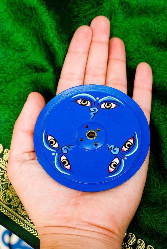 インド香&ネパール香立て 【直径約9cm】 5 - サイズ感をわかっていただくために手で持ってみました。(同じサイズの類似商品を写しています)