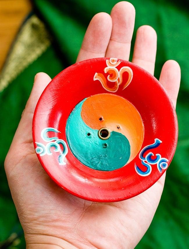 杯型のインド香&ネパール香立て(大)【直径約9cm】 8 - 受け皿部分の大きさをお分かりいただくため手で持ってみました比較してみました。
