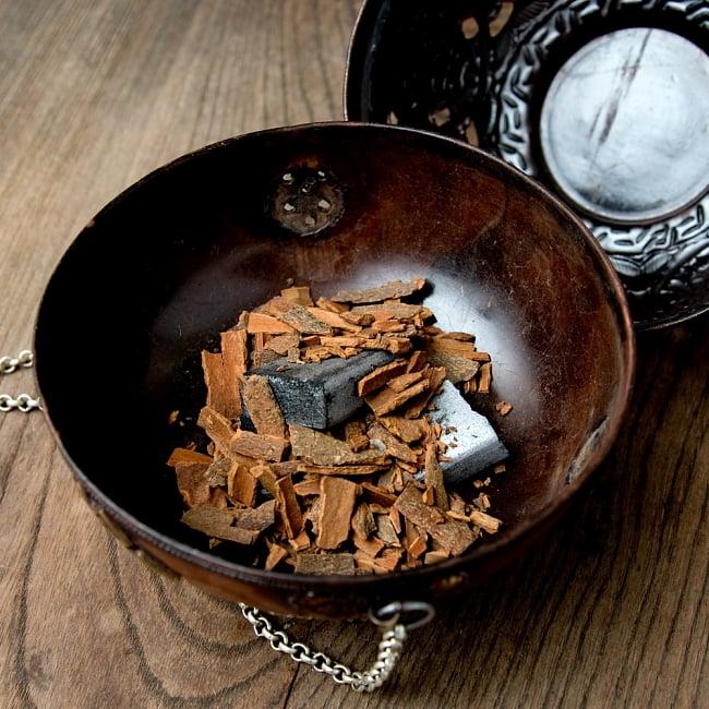 伝統チベタン香炉 吊り下げられるハンギング式 13 - 炭と樹脂香を入れてみたところです。炭を直接置くと金属にダメージを与えてしまう可能性があるので、直接熱がいかないよう灰などを敷き詰めたりしてください。