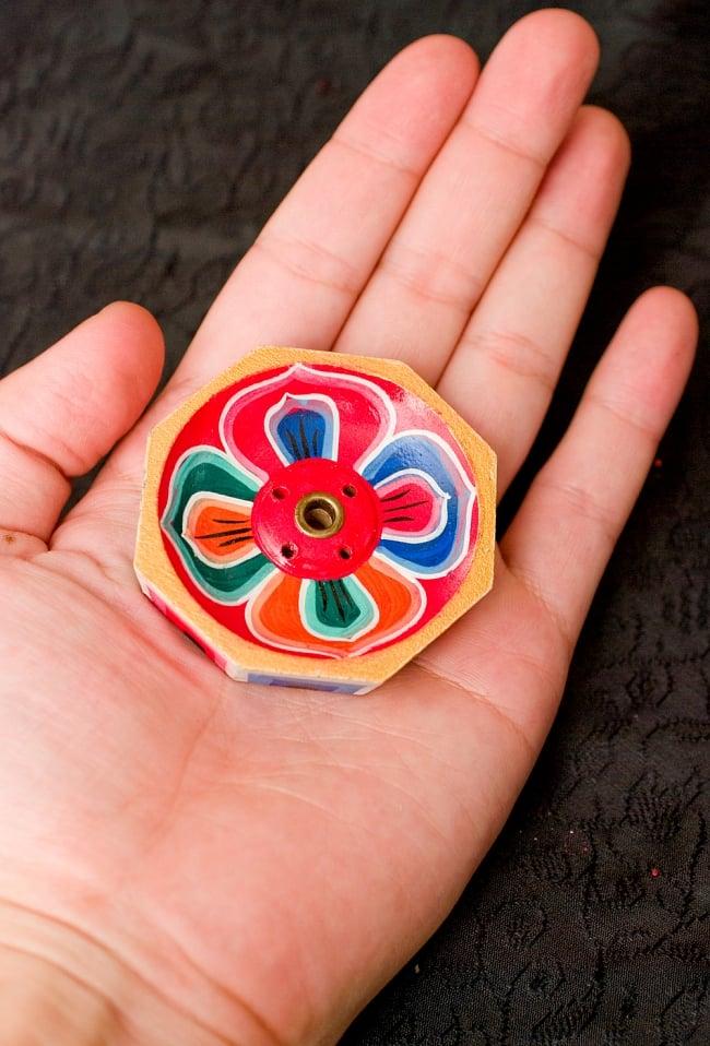 蓮の花のミニお香立て【直径約6cm】 7 - サイズをお分かりいただくため手に持ってみました。色とサイズ相まって可愛らしいデザインですね。
