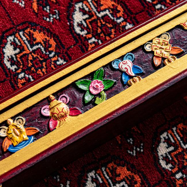 木彫りのチベタン香立て【吉祥文様・小】 3 - 拡大してみました。とても丁寧に掘られています^^