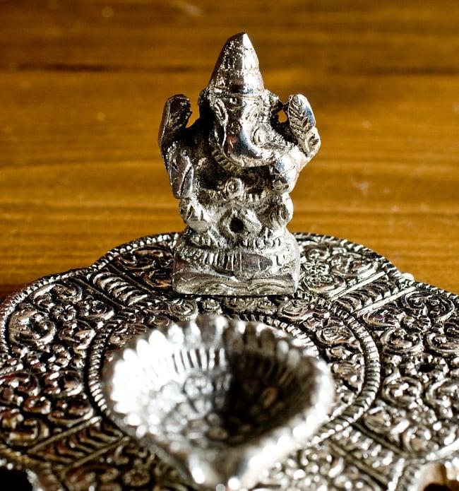 ガネーシャのホワイトメタル丸皿お香立ての写真2 - アップにしてみました