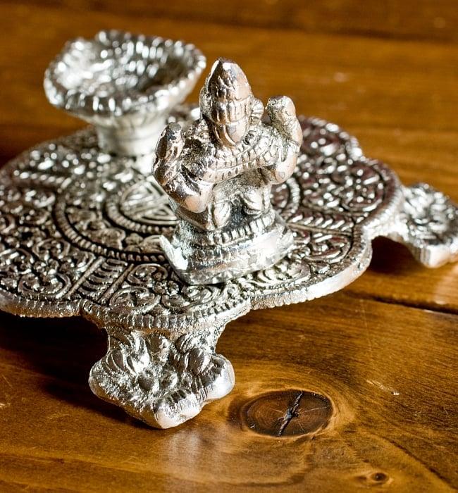 ガネーシャのホワイトメタル丸皿お香立ての写真3 - ガネーシャの裏面です