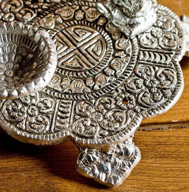 ガネーシャのホワイトメタル丸皿お香立ての写真5 - 土台部分です、緻密な模様が存在感を放っています。