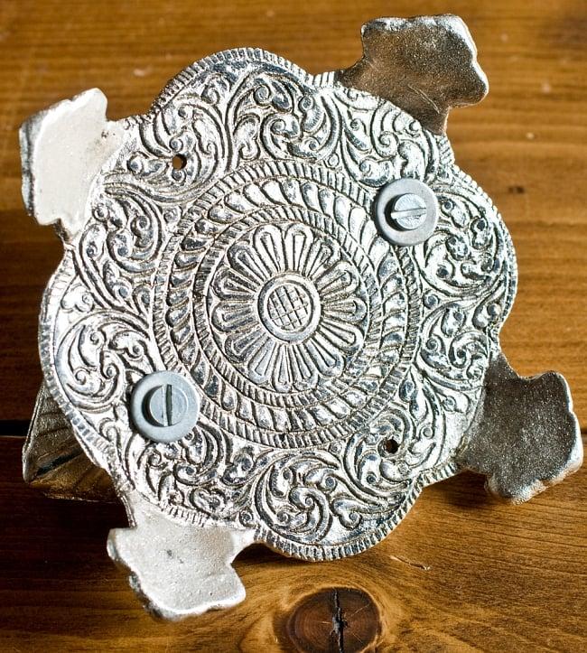 ガネーシャのホワイトメタル丸皿お香立ての写真6 - 裏面にもしっかりと模様が刻み込まれています。