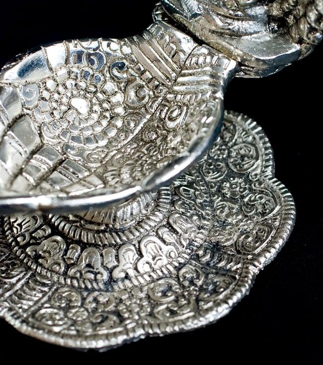 ガネーシャのホワイトメタルの両手皿 (大) 6 - 台座部分にもきれいな模様がございます。