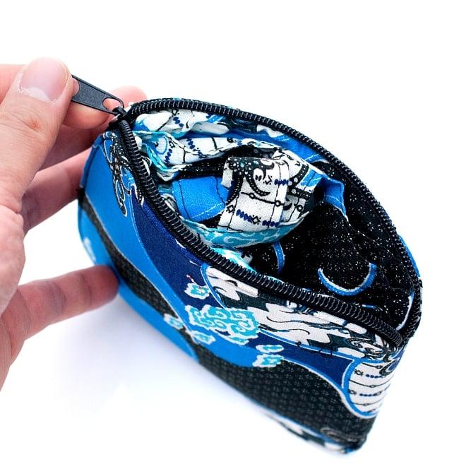 折りたためる!バティック生地のエコバッグ - ブルー系アソート 4 - ファスナーを開くと中からバッグが出てきます