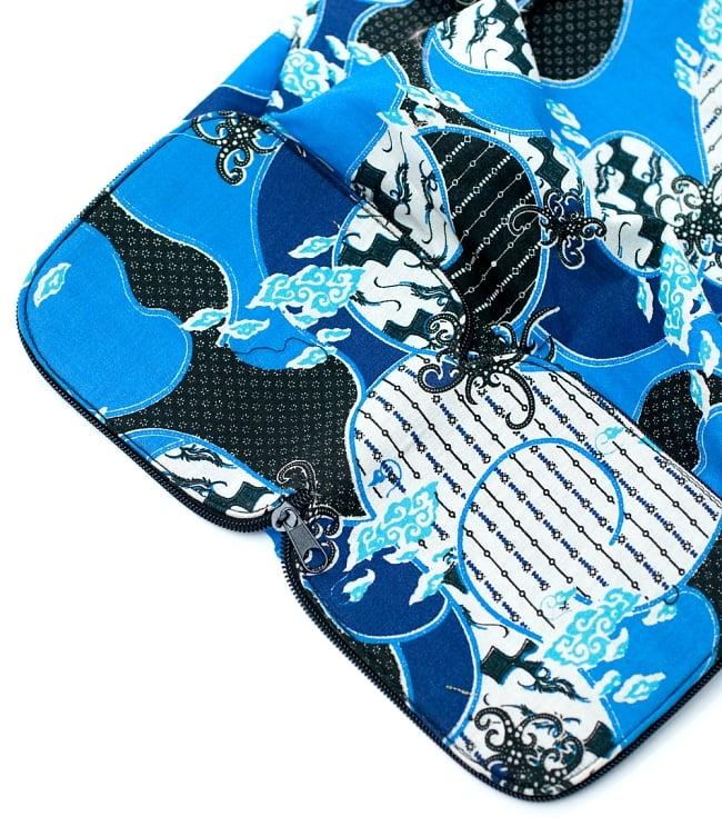 折りたためる!バティック生地のエコバッグ - ブルー系アソート 8 - ケースが底を支える部分に変わります