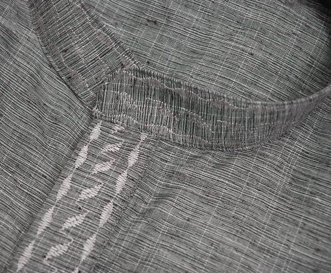 クルタ・パジャマ 【グレー】 3 - 生地を近くから撮影した写真です。