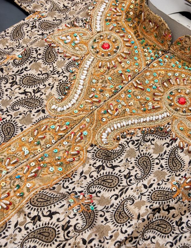子供用クルタパジャマ 3点セット【ペイズリー・薄ゴールド】  4 - 拡大写真です。ビーズ等で綺麗に装飾されております。また、服を綺麗な状態にしておく為に、針で留められている場合がございます。開封時はお気を付けください。
