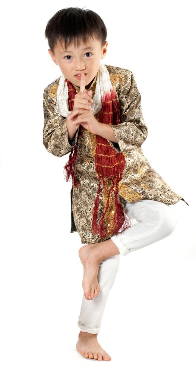 子供用クルタパジャマ 3点セット【ペイズリー・薄ゴールド】  9 - モデルさん(身長:120cm、体重:20Kg)の着用例です。普段は、120サイズの子供服を着ています。着用したサイズは3号、ジャストサイズな感じです。