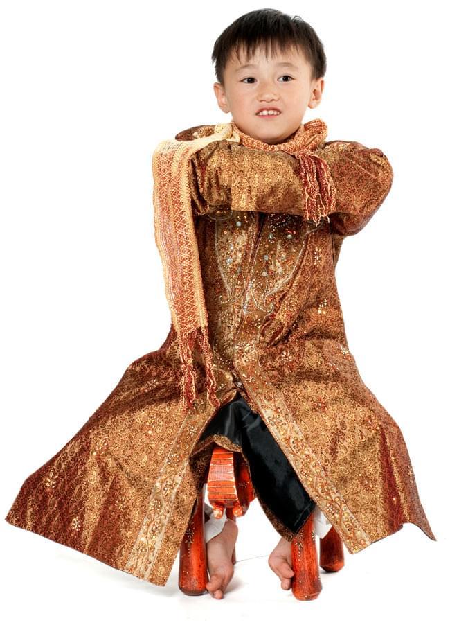 子供用クルタパジャマ 3点セット【唐草・ブラウン】  9 - モデルさん(身長:120cm、体重:20Kg)の着用例です。普段は、120サイズの子供服を着ています。着用したサイズは9号、ちょっと大きいようです。