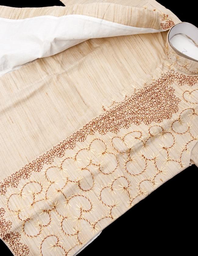 子供用クルタパジャマ 3点セット【刺繍】  4 - 拡大写真です。ビーズ等で綺麗に装飾されております。また、服を綺麗な状態にしておく為に、針で留められている場合がございます。開封時はお気を付けください。