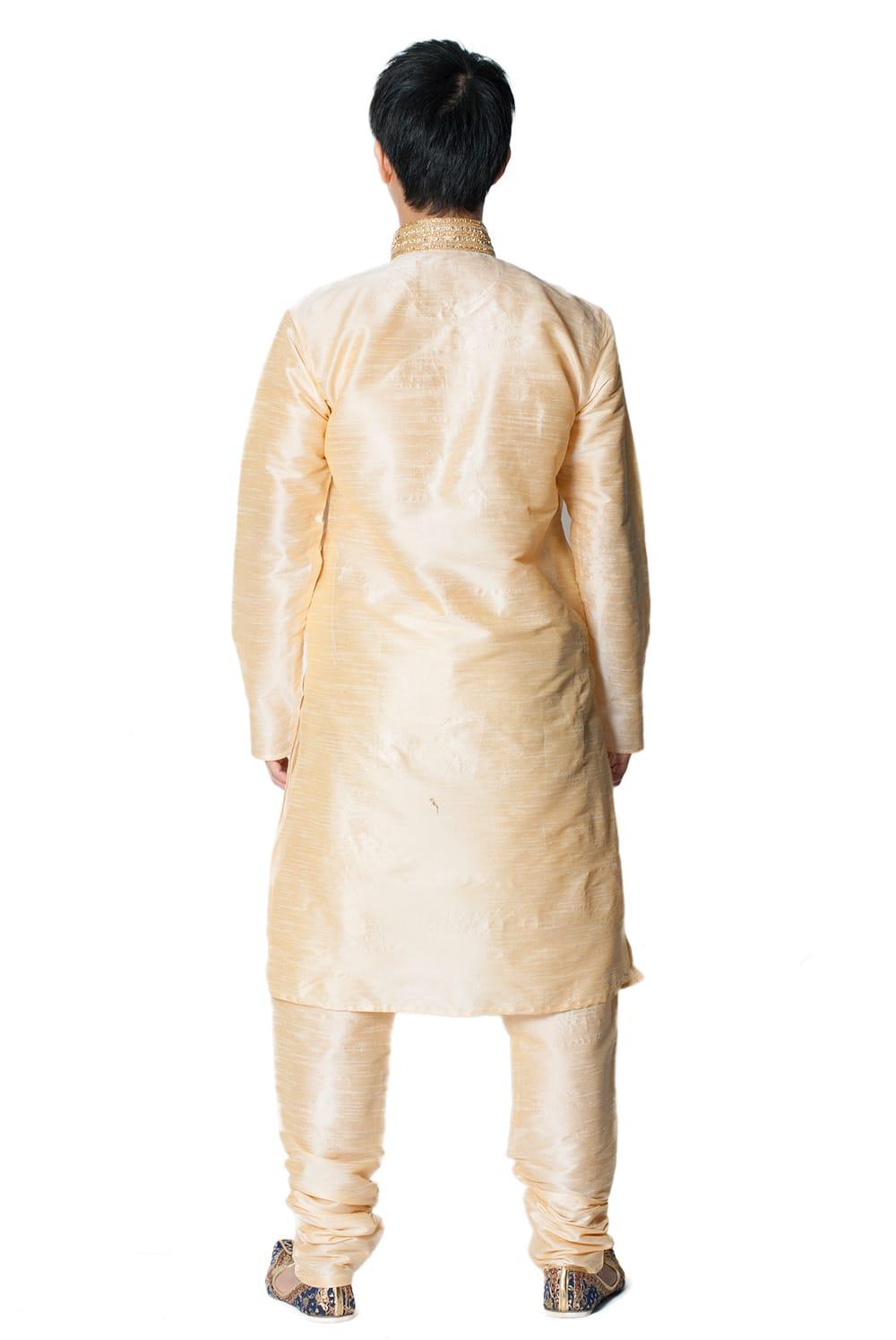 クルタ・パジャマ - ゴールデンホワイト【光沢生地ゴージャス】 3 - 背面からみてみました。なんとなくスラッとスタイルがよく見えるかも?!