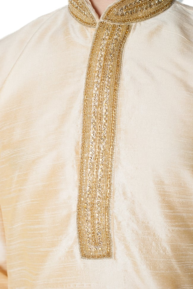 クルタ・パジャマ - ゴールデンホワイト【光沢生地ゴージャス】 5 - 華やかな装飾が施されています。