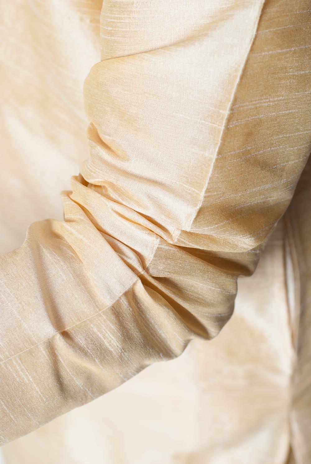 クルタ・パジャマ - ゴールデンホワイト【光沢生地ゴージャス】 6 - 生地感の様子になります。