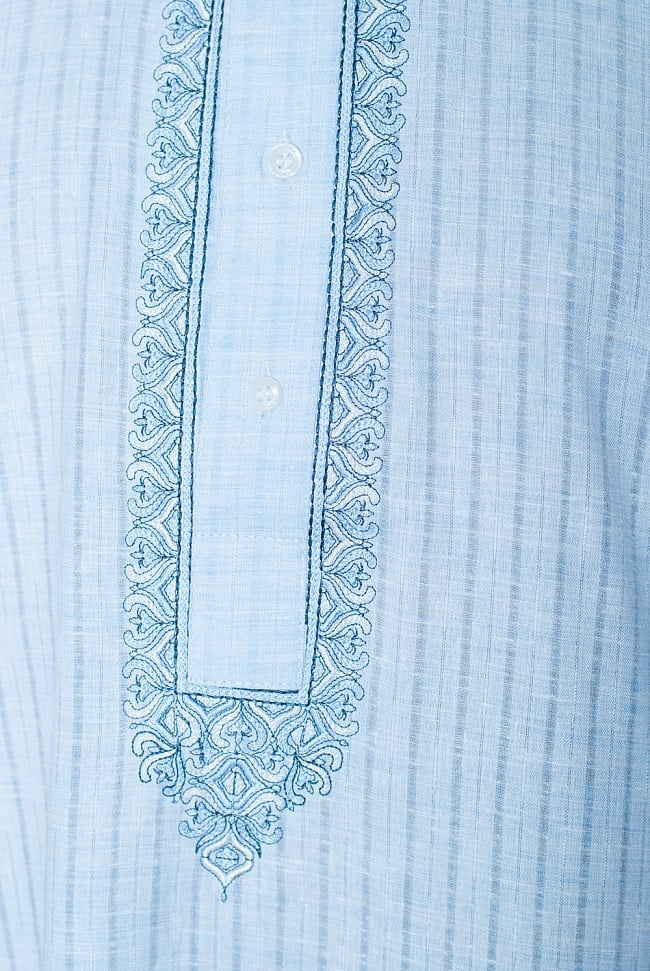 クルタ・パジャマ - パステルブルー【薄手コットンストライプ】 5 - 華やかな装飾が施されています。