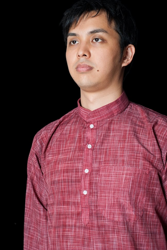 クルタ・パジャマ - えんじ色【シンプルコットン】 4 - 胸ポケットがついています。