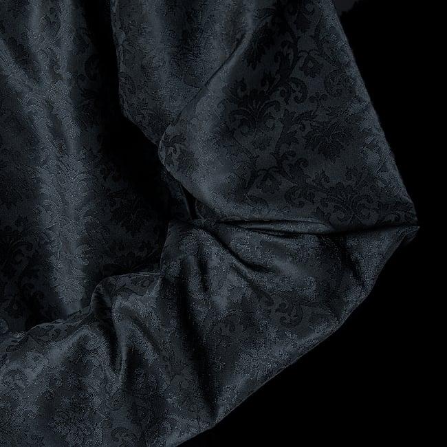 クルタ・パジャマ【光沢生地 ブラック 装飾が四角】 6 - 生地感の様子になります。