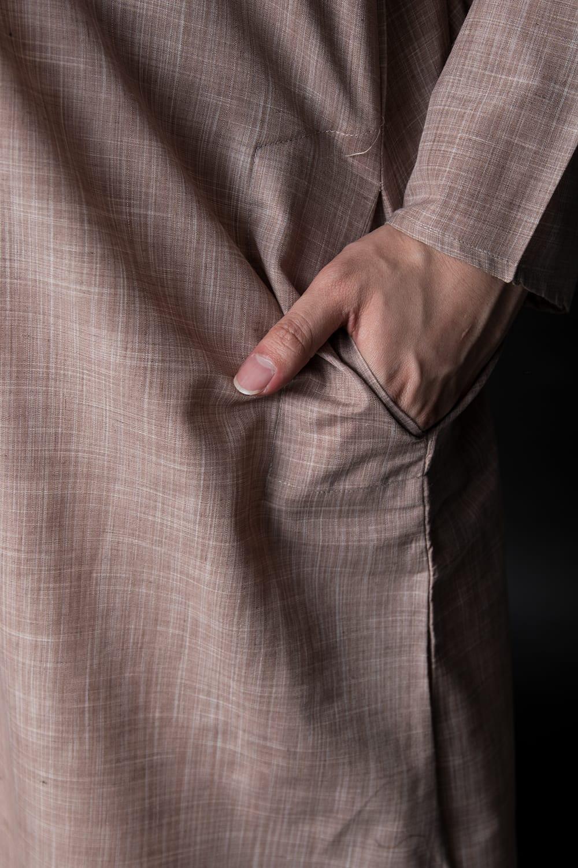 クルタ・パジャマ【コットン生地 薄茶 唐草】 7 - ポケットもあるので小物を入れるのにも便利です。