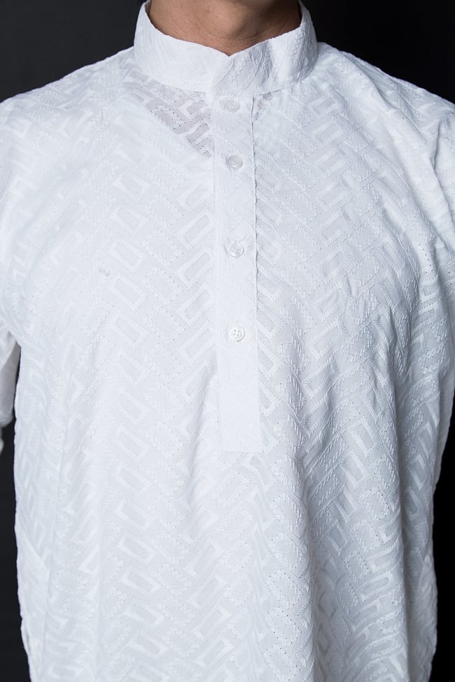 クルタ・パジャマ【ホワイト ブロックパターン】 5 - 華やかな装飾が施されています。