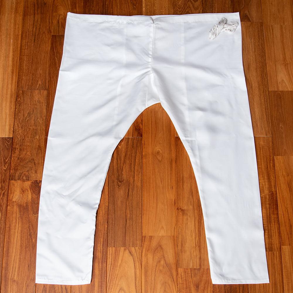 シンプルホワイト クルタ・パジャマ上下セット インドの男性民族衣装 7 - パンツの全体写真です。クルタパジャマのパンツは、ウエストを余裕を持って作られています。付属の紐がベルト代わりになります。