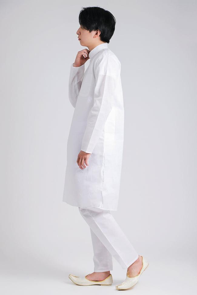 格子模様のホワイト クルタ・パジャマ上下セット インドの男性民族衣装 2 - 横からの写真です