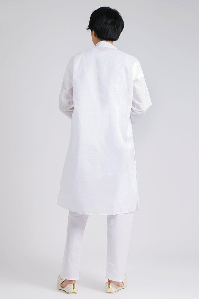 格子模様のホワイト クルタ・パジャマ上下セット インドの男性民族衣装 3 - 後ろからです