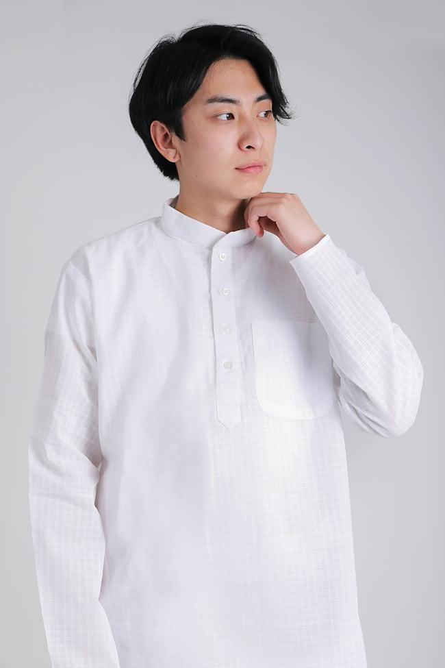 格子模様のホワイト クルタ・パジャマ上下セット インドの男性民族衣装 4 - 胸元の拡大写真です