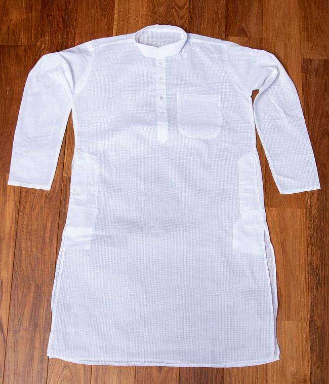格子模様のホワイト クルタ・パジャマ上下セット インドの男性民族衣装 6 - 上着の全体写真です