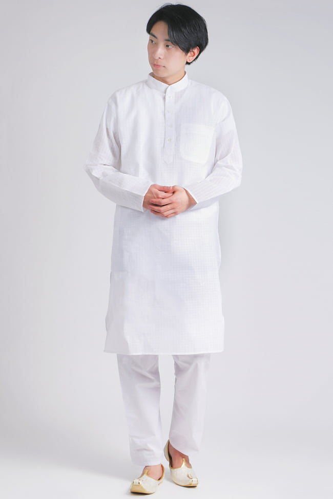 格子模様のホワイト クルタ・パジャマ上下セット インドの男性民族衣装の写真