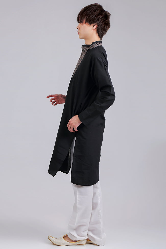 比翼仕立てのブラック クルタ・パジャマ上下セット インドの男性民族衣装 2 - 横からの写真です
