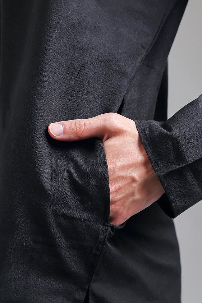 比翼仕立てのブラック クルタ・パジャマ上下セット インドの男性民族衣装 5 - さり気なくポケットも、お腹の脇に両方付いています。