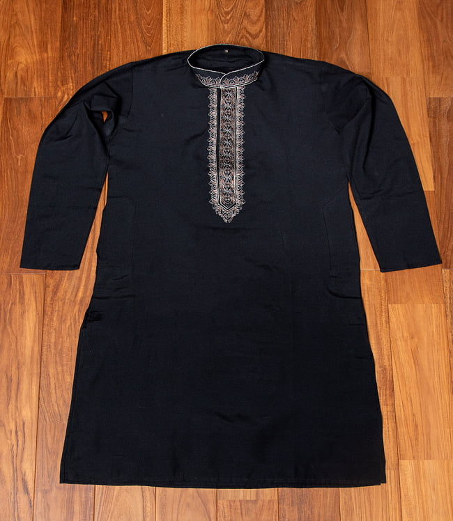 比翼仕立てのブラック クルタ・パジャマ上下セット インドの男性民族衣装 6 - 上着の全体写真です